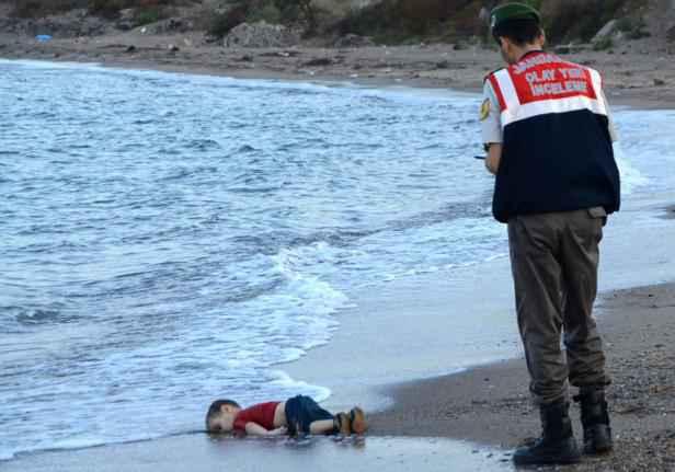 Aylan al-Kurdi, syrien de 3 ans, mort noyé en essayant de traverser la Méditerranée avec sa famille et de rejoindre l'île grecque de Kos depuis les côtes turques à bord de deux embarcations.
